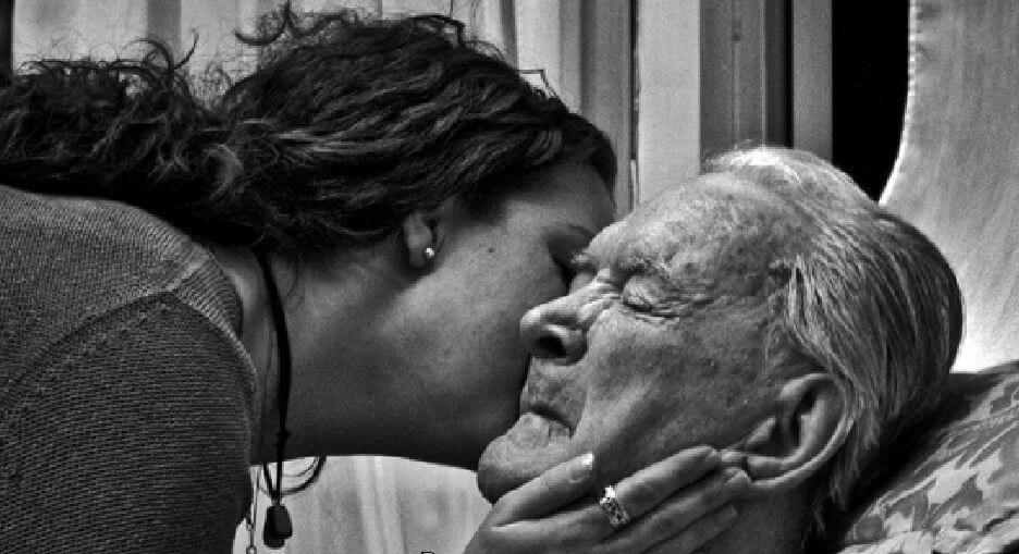 duelo en ancianos mujer besando a abuelo