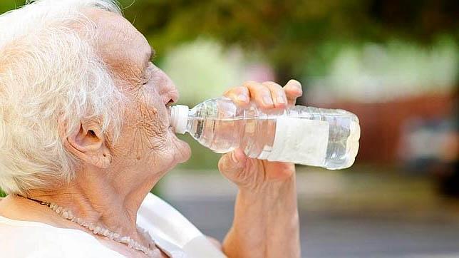 agua beber hidratación persona mayor