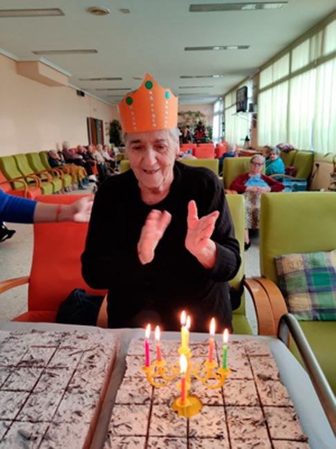 fiesta de cumpleaños de una residente en la residencia la zarzuela