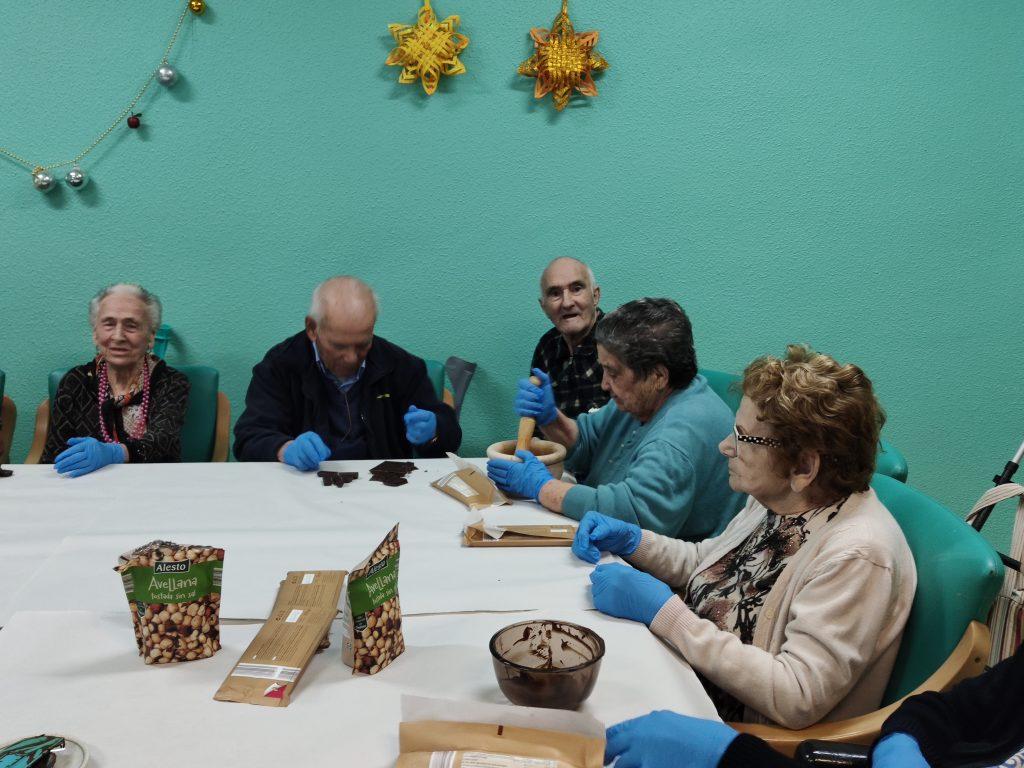 Los beneficios de realizar un taller de cocina con personas mayores
