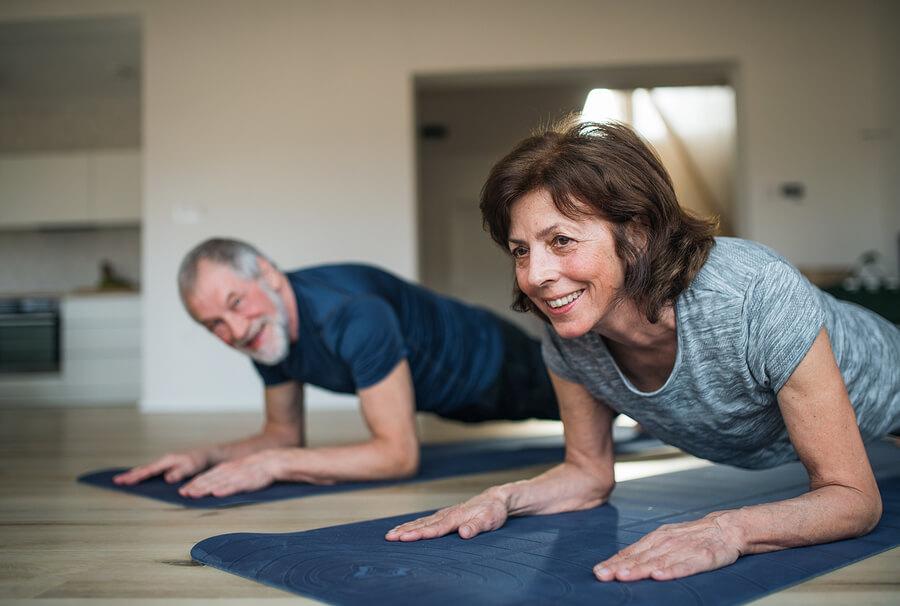 El yoga es uno de los ejercicios para hacer en casa para la tercera edad
