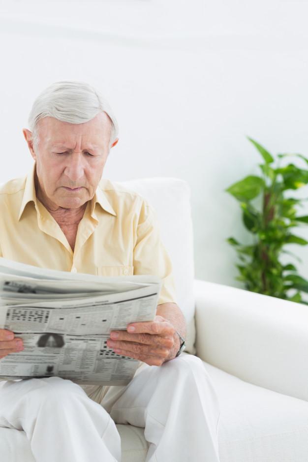 anciano leyendo periódico