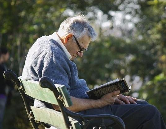 Abuelo leyendo, como ejercicio para prevenir el alzheimer