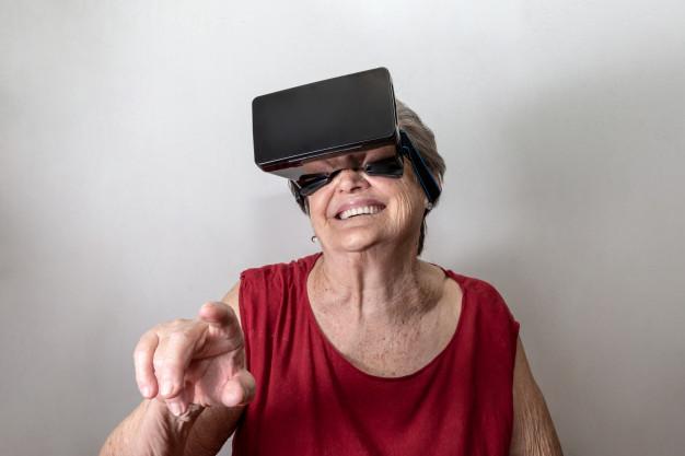 Abuela feliz, experimentando la realidad virtual