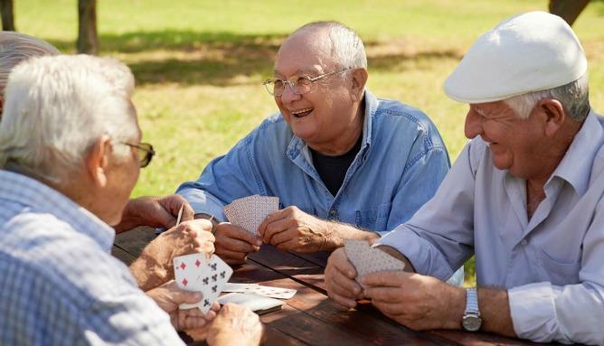 ancianos-jugando