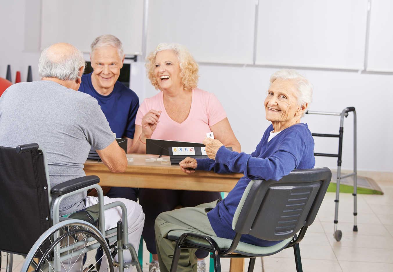 Ancianos divirtiéndose juntos en una residencia de mayores