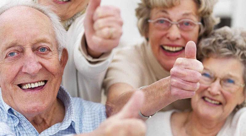Mayores disfrutando en una residencia de mayores