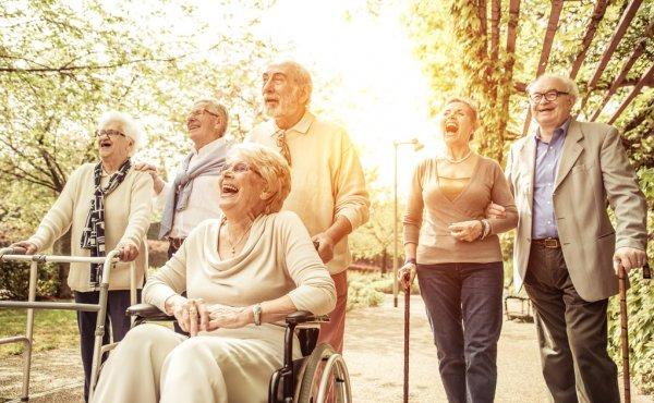 ancianos riendo trabajar con personas mayores