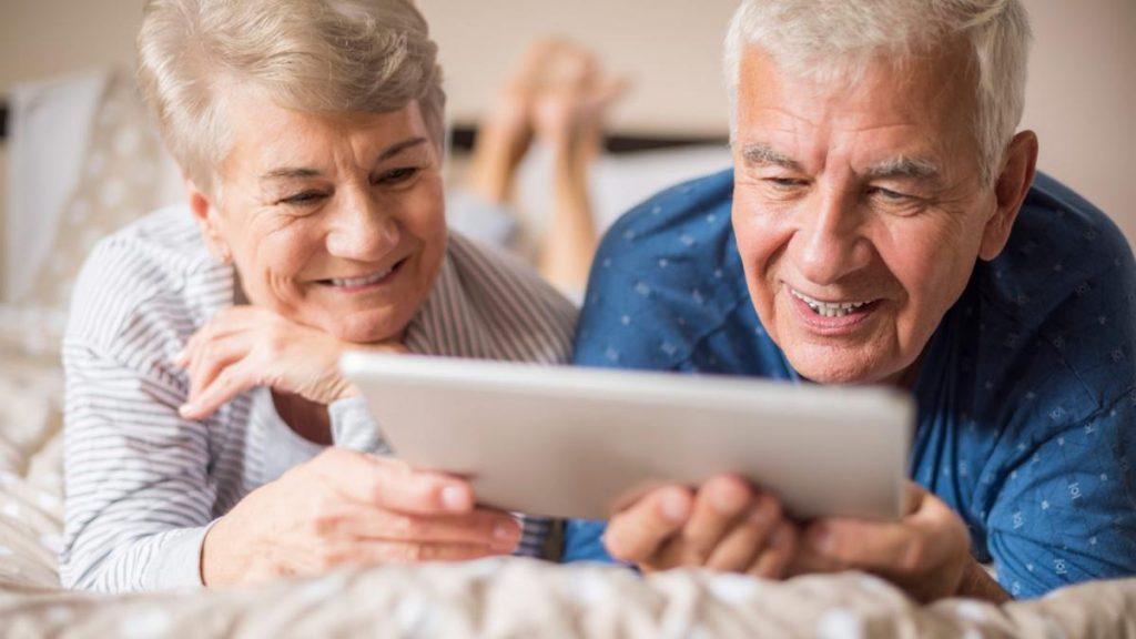 Personas mayores con tablet